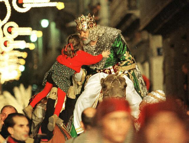 Мельчор целует ребенка на Кавалькаде в 2001 году