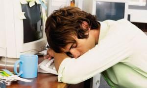Мужчина спит в рабочее время